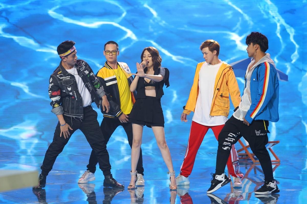 Khán giả có thể tận hưởngkhông khí của một bữa tiệcở hồ bơi qua màn biểu diễn củaBảo Anh. Ca sĩ lần đầu trình diễnKhông thể rời mắt trên sân khấu lớn.