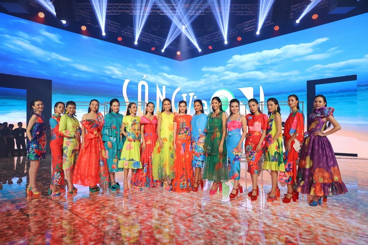Dàn người mẫu diện váy áo họa tiết nổi bật, thích hợp với dạo biển mùa hè.