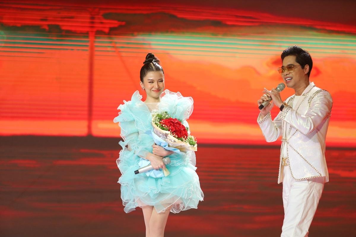 Sân khấu hóa thành biển chiều hoàng hôn qua giọng ca của Ngọc Sơn và Shin Hồng Vịnh.