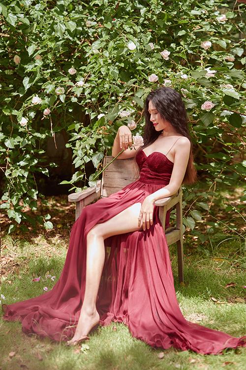 Thiết kế xẻ cao, cúp ngực với chất liệu mềm rủ giúp tôn lên đôi chân thon thả và khuôn ngực đầy đặn. Màu đỏbordeaux mang đến sự nổi bật và quyến rũ, đặc biệt được yêu thích trong những bữa tiệc tối.