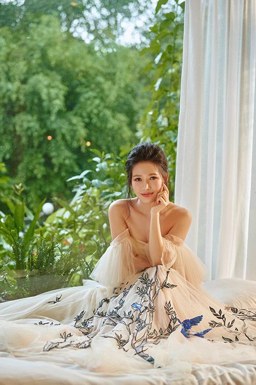 Kỹ thuật thêu, đính kết được tận dụng để tạo nên một khu vườn mùa hè ngợp cây cối, chim muông trên tà váy dài thướt tha của Văn Phượng.