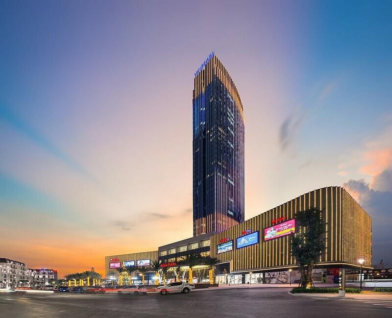 Dịch vụ đẳng cấp:Hướng tới những trải nghiệm khó quên cho du khách, chuỗi khách sạn nội đô Vinpearl chú trọng vào thiết kế nội thất mang phong cách châu Âu đi kèm tiện nghi hiện đại, cao cấp trong hệ thống phòng nghỉ sang trọng. Kế thừa trọn vẹn hệ sinh thái dịch vụ5 sao tiêu chuẩn quốc tế của thương hiệu Vinpearl, mỗi City Hotel là một điểm đến thời thượng và đa dạng dịch vụ để du khách có thể lựa chọn phong cách nghỉ dưỡng thể hiện đẳng cấp cá nhân.