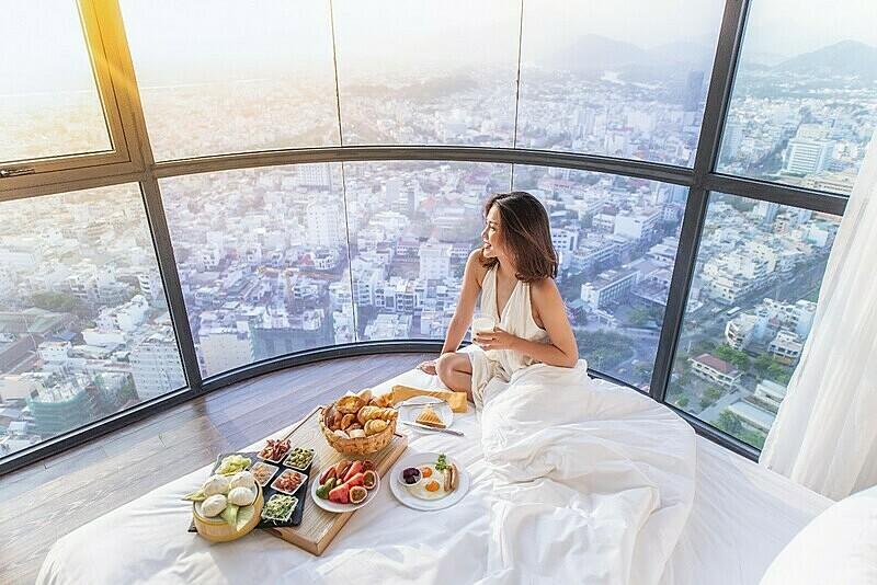 Bữa sáng muộn phục vụ tại giường và ngắm toàn cảnh thành phố chào ngày mới là một trong những trải nghiệm khó quên tại Vinpearl City Hotel. Du khách cũng có thể lựa chọn hưởng thức cácđặc sản địa phương đượcđầu bếp 5 sao chế biến kỳ cônghoặc đổi vị với tinh hoa ẩm thực Á, Âu, Trung Hoa, Hàn Quốc...