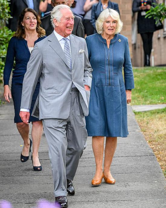 Thái tử Charles và Nữ công tước xứ Cornwall đến thăm Bệnh viện Hoàng gia hạt Gloucestershire hôm 16/6. Ảnh: PA.