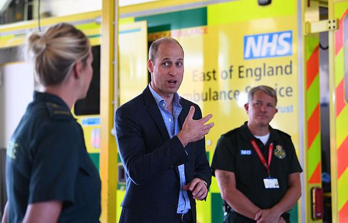 Hoàng tử William trò chuyện với các nhân viên ở trạm xe cứu thương Lynn, Bệnh viện Queen Elizabeth hôm 16/6. Ảnh: PA.