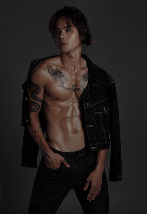 Anh tiết lộ đang đóng vai tình địch của Võ Cảnh trong phim Cát đỏ. Cả hai cùng yêu nhân vật do Thúy Diễm thể hiện.