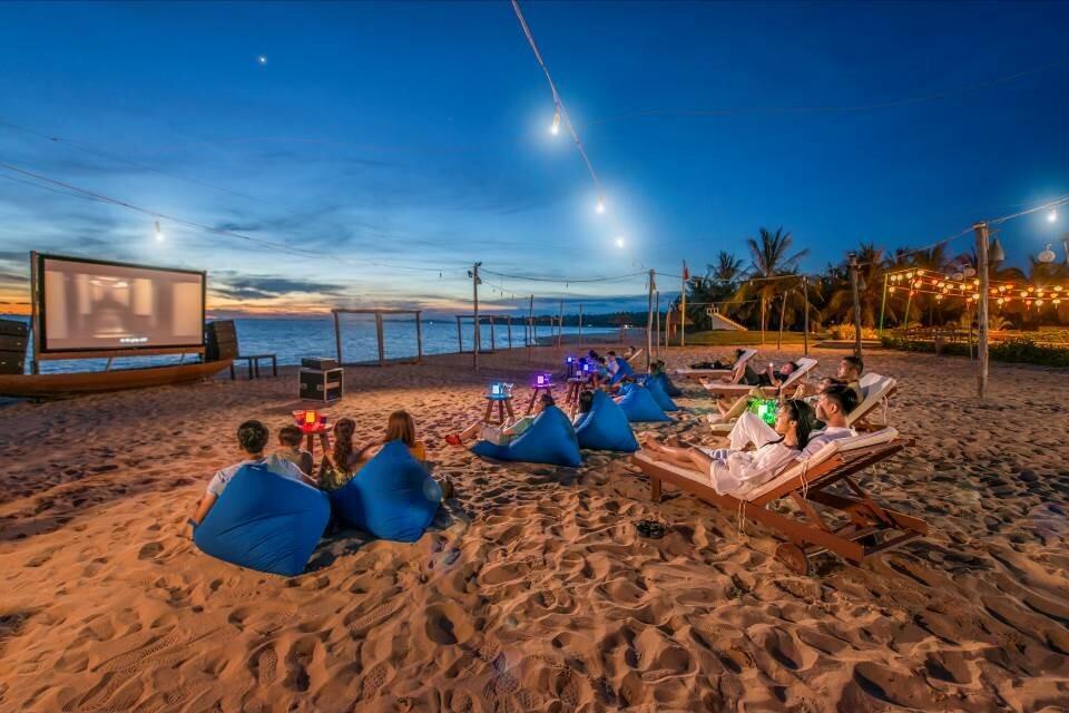 Vào 20h mỗi tối, rạp phim ngoài trời trên bãi biển hoặc cạnh hồ bơi là không gian trải nghiệm lãng mạn và ý nghĩa để các cặp đôi hẹn hò, gia đình quây quần bên nhau với những bộ phim kinh điển. Những thước phim điện ảnh lại càng thêm sống động giữa bầu không khí kỳ ảo, hệ thống âm thanh sống động và ánh sáng đầy lãng mạn. Đặc biệt, một ly cocktail và chút đồ ăn nhẹ sẽ đưa du khách thêm thăng hoa cùng những cảnh phim trữ tình, hấp dẫn của các bộ phim bom tấn.