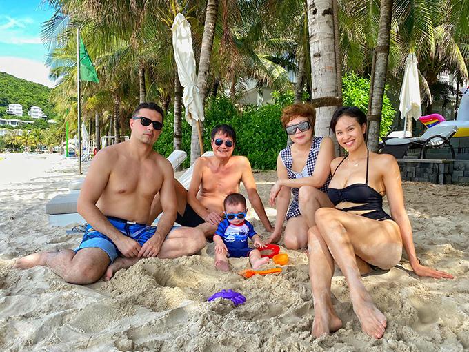 Vợ chồng Phương Mai, con traiHenryk và bố mẹ trong chuyến du lịch Phú Quốc.