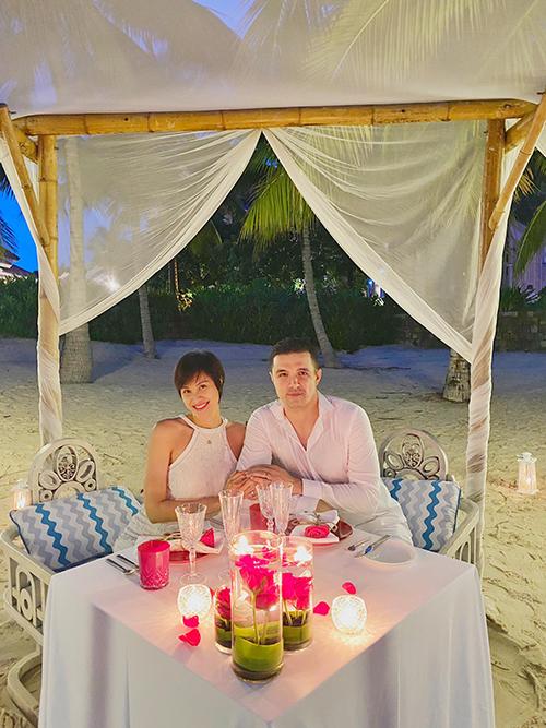 Bữa tối lãng mạn do chồng Tây chuẩn bị cho Phương Mai.