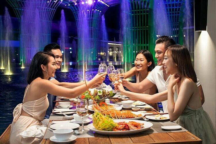 Buổi trưa, thiên đường ẩm thực Almaz sẽ là điểm đến mọi tín đồ du lịch. Du khách sẽ bắt đầu tour ẩm thực tinh hoa vòng quanh thế giới tại chuỗi nhà hàng: Bow Thai (Thái Lan), Bách Giai (Trung Hoa), Chingu (Hàn Quốc), Nhật Bản (nhà hàng Shinko)... hay các nhà hàng chuyên biệt về hải sản - Ozone, bò beefsteak và bò wagyu hảo hảng - Ruby, câu lạc bộ Beer club...
