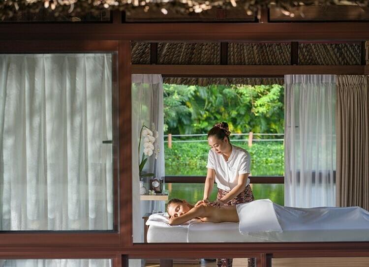 Vào 9h, những chòi spa thanh bình nằm trên mặt hồ yên ả sẽ là thiên đường để du khách thư giãn, chăm sóc sức khỏe của bản thân cũng như người thương yêu. Các liệu pháp làm đẹp, trị liệu đến từ thương hiệu danh tiếng Akoya Spa kết hợp cùng không gian trong lành tạo nên những phút giây nghỉ ngơi giá trị. Các bí thuật lừng danh như massage ống tre, massage bằng 4 tay... trong vòng 60 - 90 phút đánh thức nguồn năng lượng để du khách sẵn sàng bắt đầu một ngày mới.