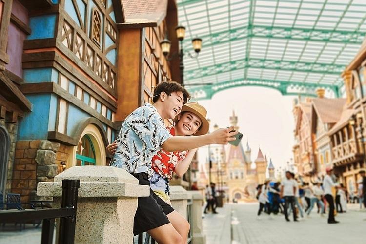 Tiếp theo, du khách có thể cùng gia đình trải nghiệm công viên chủ đề vào 11h. Liền kề với điểm đến nghỉ dưỡng đẳng cấp Vinpearl, công viên chủ đề VinWonders sở hữu quy mô hàng đầu châu Á, mang đến 6 phân khu chủ đề đặc sắc, hơn 100 trò chơi, trải nghiệm kỷ lục. Đó là Đại lộ châu Âu cổ kính nhộn nhịp và xa hoa với dãy phố tấp nập các cửa hiệu mua sắm, nhà hàng danh tiếng... Tại Thế giới phiêu lưu, 10 trò chơi cảm giác mạnh đỉnh cao, đặc biệt nhất là Cơn thịnh nộ của Zeus - tàu lượn nhanh bậc nhất thế giới với tốc độ tối đa lên tới 110km/giờ là trải nghiệm nhất định phải thử.