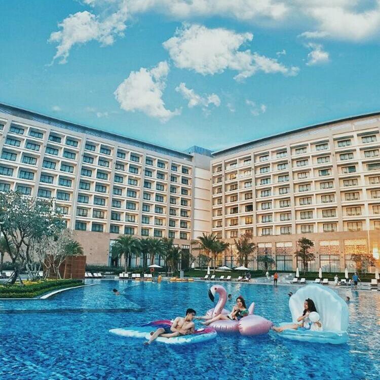 Sau một ngày vui chơi mệt nhoài, du khách sẽ nghỉ ngơi tại Vinpearl Resorts & Spa Phú Quốc. Quần thể nghỉ dưỡng sở hữu kiến trúc Đông Dương cổ điển, ghi điểm nhờ chất lượng và tiện nghi, sẵn sàng phục vụ du khách từ A đến Z. Vinpearl Resorts & Golf Phú Quốc lại mang đậm phong cách tân cổ điển châu Âu. Nếu lựa chọn VinOasis Phú Quốc, du khách sẽ được đắm chìm giữa không gian thư giãn và các hoạt động phiêu lưu ngoài trời. Vinpearl Discovery 1, 2 và 3 là nơi cho các đại gia đình, hội bạn thân... yêu thích không gian riêng tư với phong cách nghỉ dưỡng biệt thự biển hàng đầu Việt Nam.