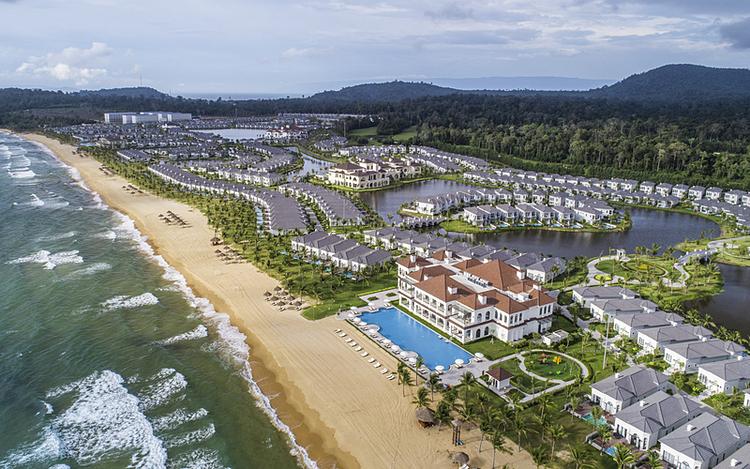 Ngày thứ nhất: Vào 6h, du khách ngắm bình mình trên Bãi Dài. Bãi Dài nằm ở phía Bắc đảo Phú Quốc, nổi tiếng là một trong những bãi biển đẹp, hoang sơ nhất thế giới. Quần thể nghỉ dưỡng Vinpearl tọa lạc tại đây có hệ sinh thái dịch vụ 5 sao, sở hữu không gian khoáng đạt, thích hợp cho những kỳ nghỉ đẳng cấp.