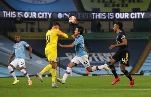 Phút 81 của trận đấu bù vòng 28 Ngoại hạng Anh, cả thủ môn Ederson và hậu vệ tuổi teen lao vào nhau trong nỗ lực đẩy bóng ra khỏi khu cấm địa.