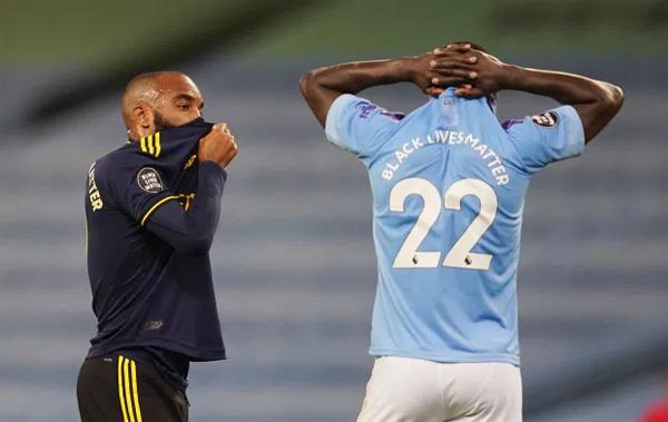 Cầu thủ hai bên vây xung quanh tỏ vẻ lo lắng cho hậu vệ người Tây Ban Nha.