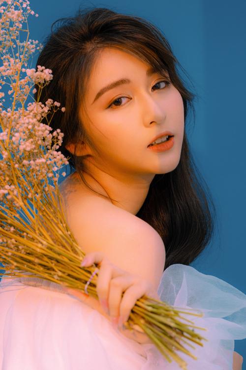 Kiểu makeup thứ hai mà Nguyễn Hoàng Lin gợi ý được biến tấu đôi chút với màu son cam đất. Lông mày được tô vẽ kỹ lưỡng, theo dáng ngang kiểu Hàn Quốc.