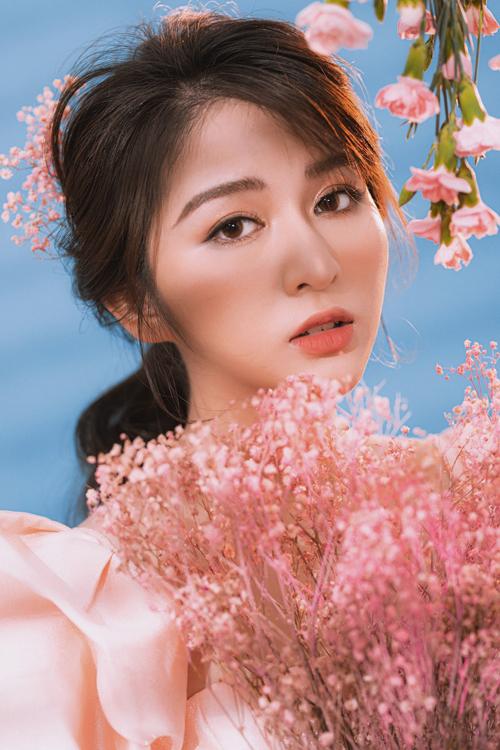 Đôi môi phủ son hồng san hô, dành cho cô dâu yêu thích concept lãng mạn.