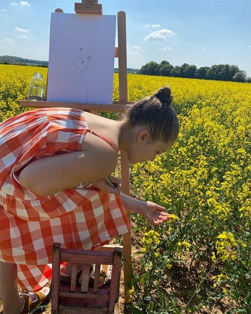 Con gái Becks ra cánh đồng hoa vẽ tranh trong thời gian cách ly. Ảnh: Instagram.