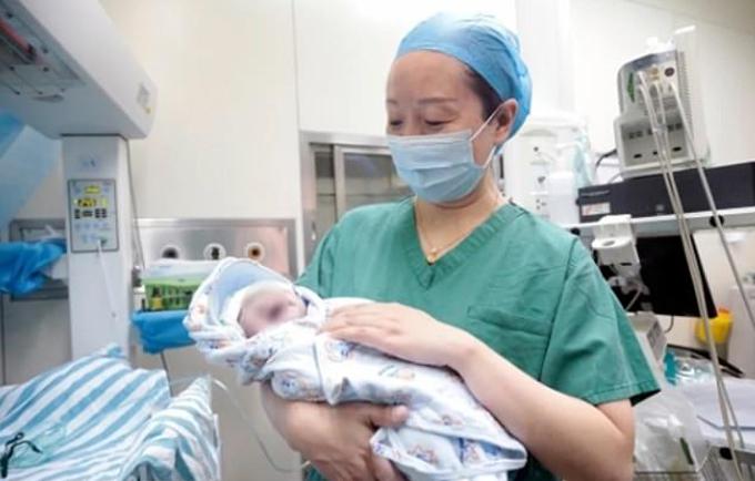 Tong Tong, con thứ hai của Wang, chào đời hôm 16/6 tại Bệnh viện chăm sóc sức khỏe bà mẹ và trẻ em Hồ Bắc. Ảnh: HMCH.