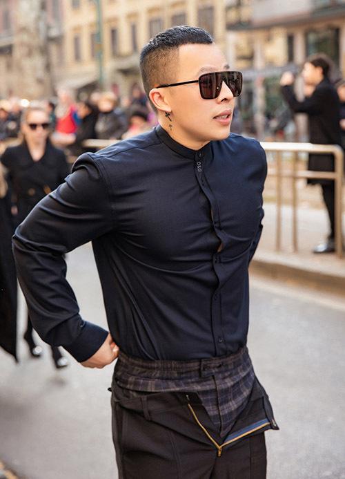 Khi bắt trend quần mở khoá, Vũ Khắc Tiệp từng nhận được nhiều bình luận không mấy vừa tai. Cách ăn mặc của anh được cho là thảm hoạ thời trang.