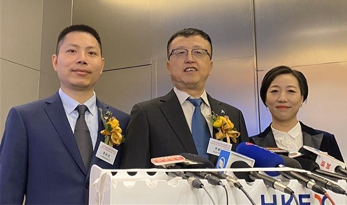Tỷ phú Guan Yihong, Chủ tịch Tập đoàn Jiumaojiu (giữa) trong lễ IPO của công ty hồi tháng 1 tại Hong Kong. Ảnh: SCMP.