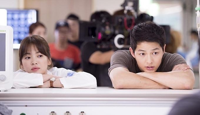 Song Hye Kyo và Song Joong Ki trong phimHậu duệ mặt trờido Kim Eun Sook làm biên kịch.