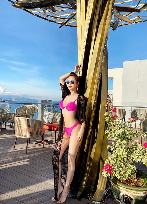 Bộ bikini nhỏ xíu màu nổi giúp người đẹp khoe trọn vẹn đường cong cơ thể và làn da trắng mịn.