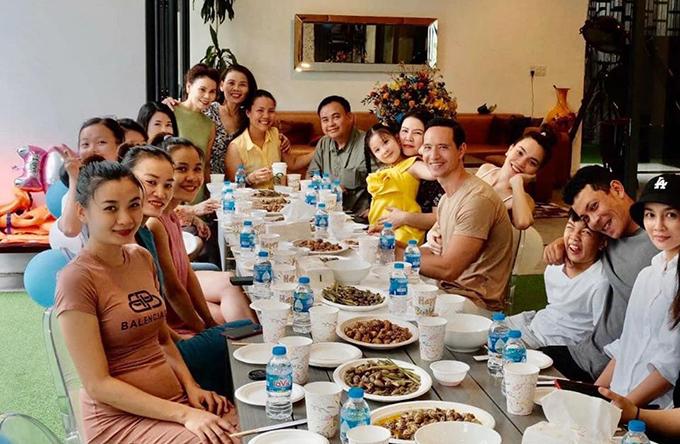 Bữa tiệc nhỏ được tổ chức tại nhà riêng với sự tham gia của các thành viên trong gia đình và một số bạn bè thân thiết của Hồ Ngọc Hà.