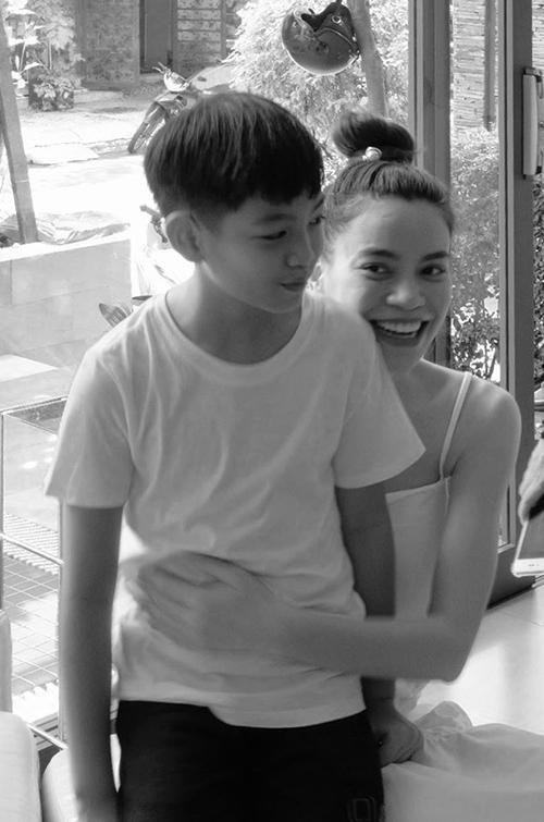 Nhân dịp Subeo tròn 10 tuổi, Hồ Ngọc Hà dành trọn cả ngày cho con. Nữ ca sĩ bỗng nhớ lại ngày này 10 năm trước mình đang nằm liệt giường ngắm cậu con trai mới chào đời.