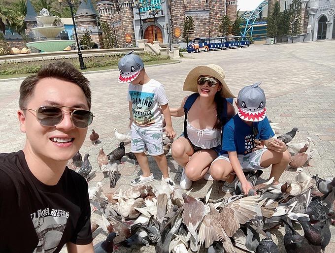 Hai quý tử nhà Đăng Khôi - Thủy Anh hào hứng khi cho chim ăn trong chuyến du lịch ở Nha Trang.