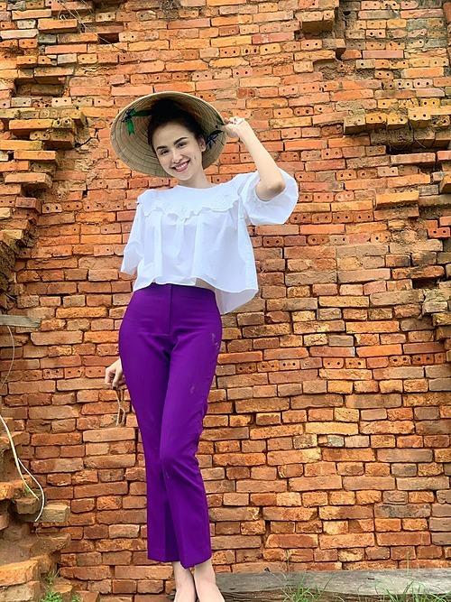 Hoa hậu Diễm Hương xinh đẹp khi tạo dáng pose hình với nón lá.