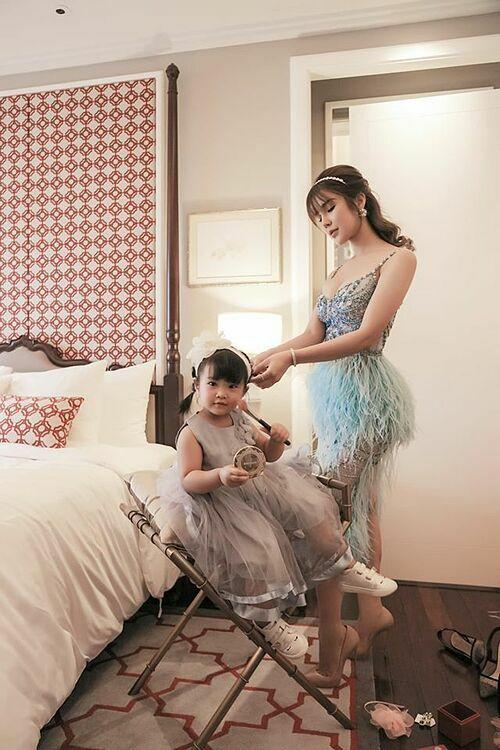 Con gái Diệp Lâm Anh bắt chước làm điệu giống mẹ.