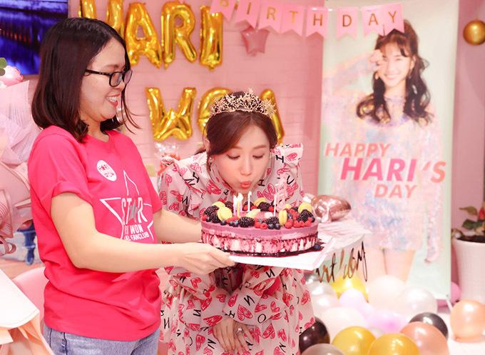 Hari Won hào hứng thổi nến sinh nhật.