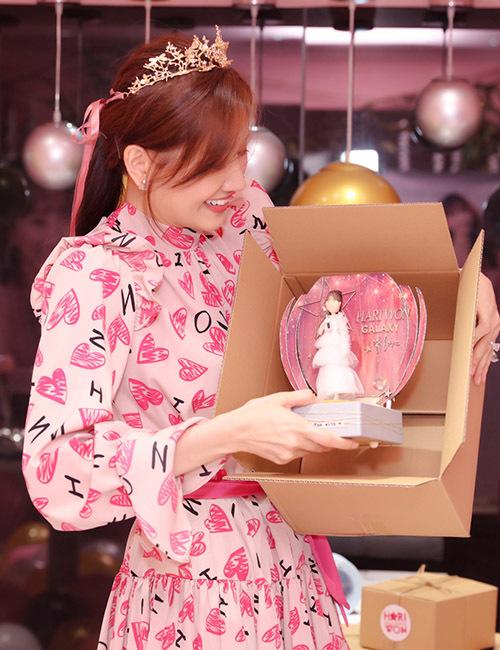 Cô nhận được những món quà dễ thương người hâm mộ gửi tặng.