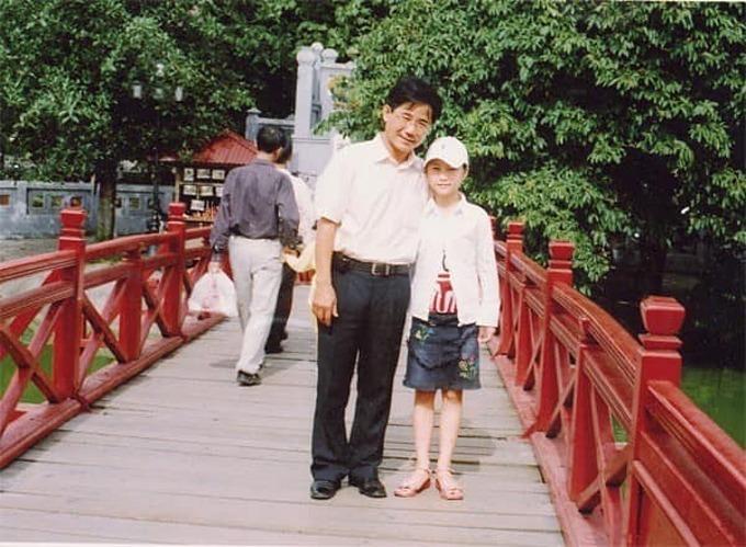 Ca sĩ Hương Tràm đăng ảnh lúc nhỏ bên cha và viết: Sợ lắm, yêu lắm, nhớ nhung lắm, hay trộm nghĩ về lắm.Người tình kiếp trước của tôi cứ đứng nhất bảng nhiều thứ trong cuộc sống thành rakhó kiếm người thương lắm.