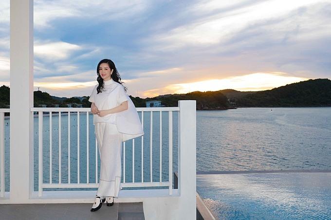 Giáng My đón hoàng hôn tại một resort nổi tiếng ở Phú Quốc.