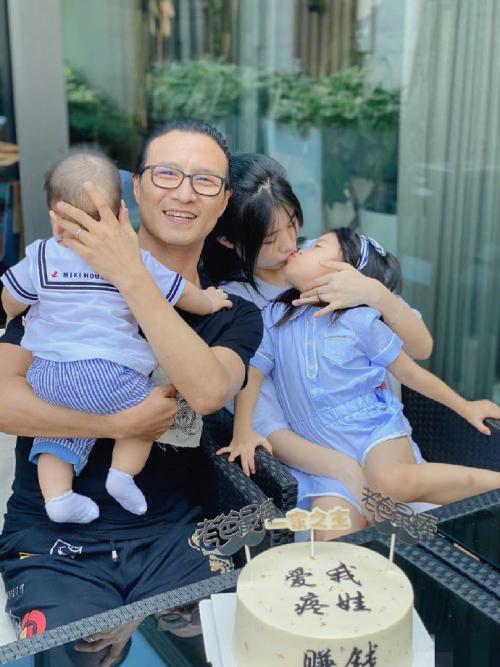 Uông Phong bên các con.