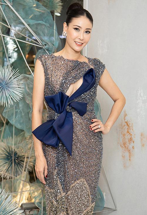 Hà Kiều Anh đi thử váy chuẩn bị tham dự một sự kiện tại TP HCM, hôm 21/6.