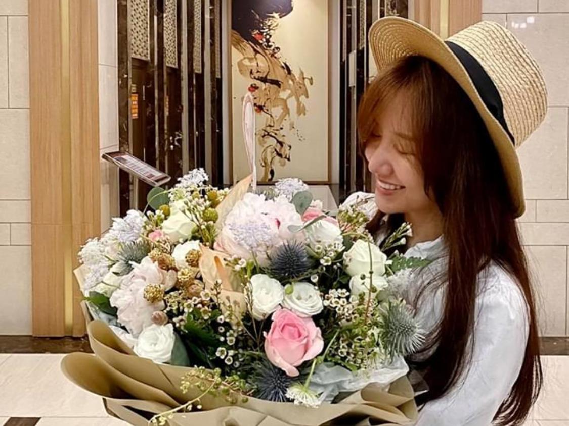 Trấn Thành chuẩn bị hoa mừng tuổi mới của vợ.