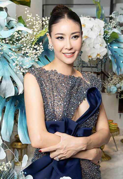 Hoa hậu Việt Nam 1992 tự tin với bộ cánh khoét ngực, tôn vẻ sexy ở tuổi trung niên.