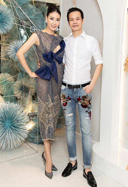 Bà mẹ ba con chụp ảnh cùng nhà thiết kế Hoàng Hải tại showroom của anh.