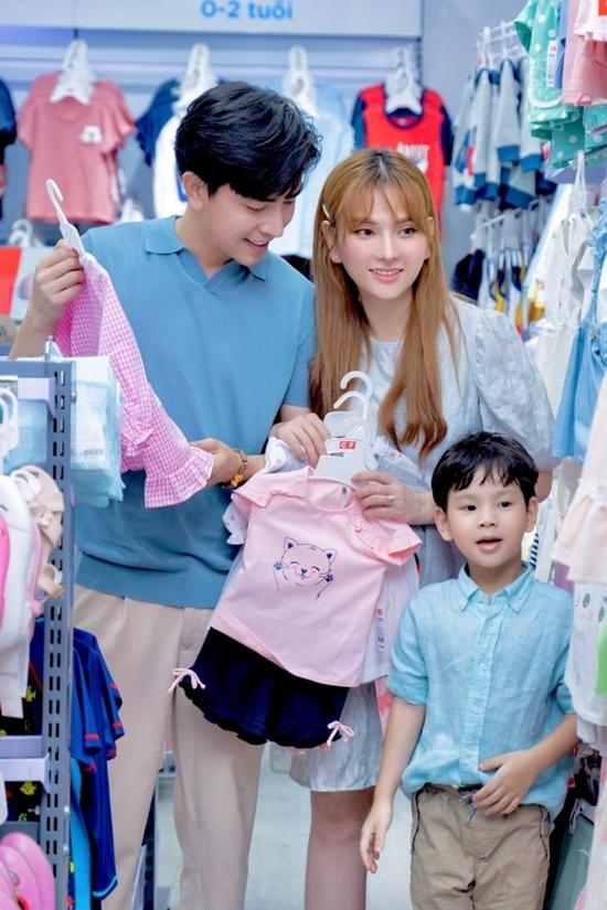Mang bầu lần 2 nên Thu Thủy có nhiều kinh nghiệm. Vợ chồng cô đã mua sắm, chuẩn bị nhiều đồ đạc cho trẻ sơ sinh. Riêng Henry - con trai riêng của Thu Thủy cũng háo hức được gặp em.
