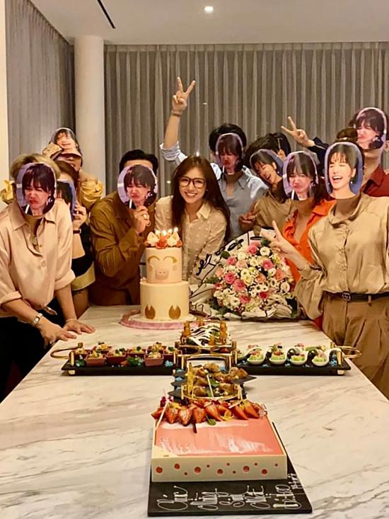 Cả hội sau đó thổi bánh kem, nâng ly mừng Hari Won tròn 35 tuổi. Họ còn đeo mặt nạ hình Hari để bày tỏ tình cảm với bà xã Trấn Thành.