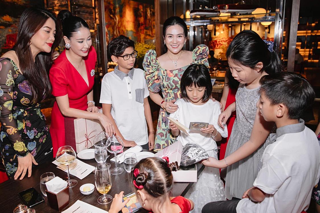 Trương Ngọc Ánh, Hà Kiều Anh (từ trái qua) cũng đưa các con của họ đến dự sinh nhật của An Như.
