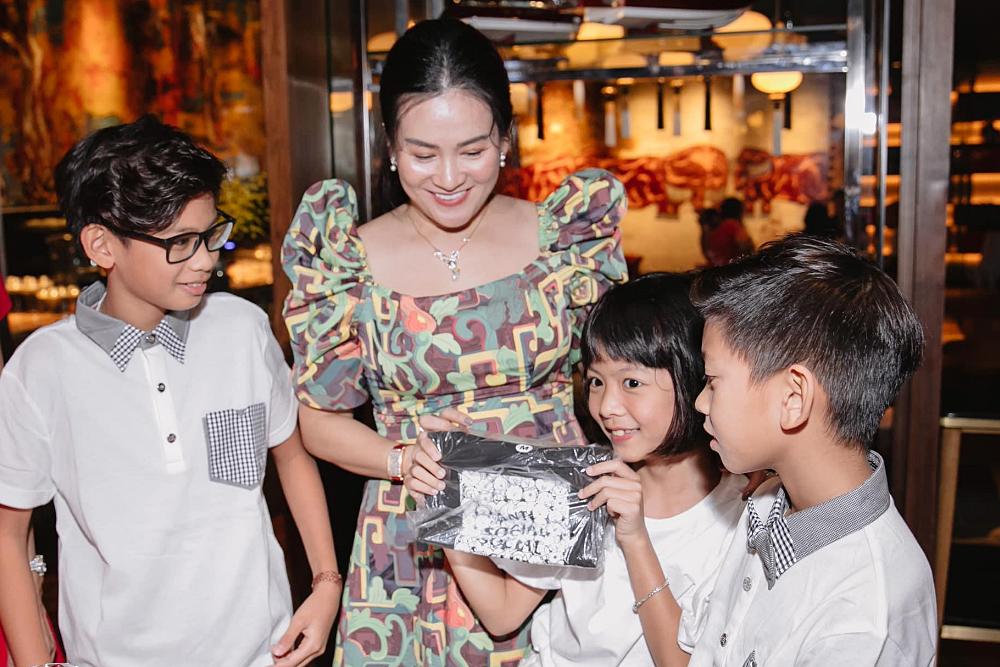 An Như khoe quà được bố mẹ và các cô tặng trong ngày sinh nhật.