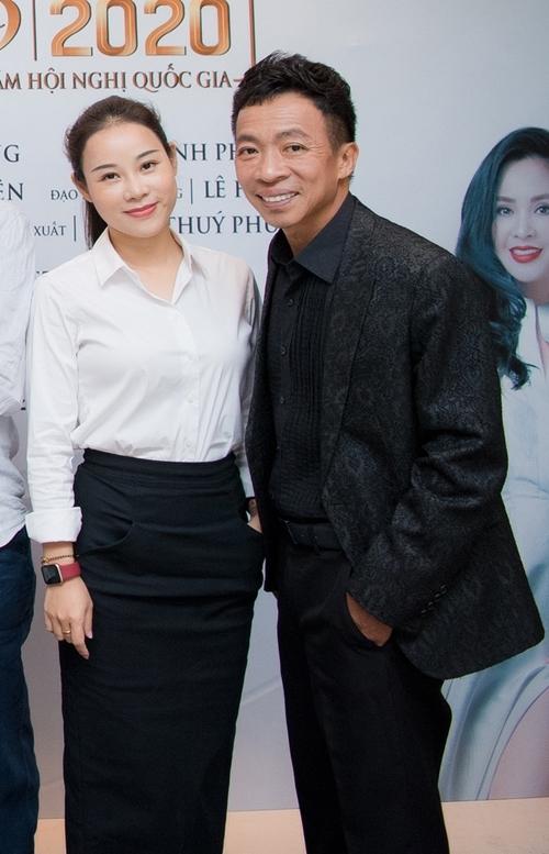Việt Hoàn hãnh diện khoe bà xã kém 18 tuổi. Ca sĩ Hoa Trần bị trêu là nữ sinh khi mặc sơ mi trắng và chân váy chữ A tới dự sự kiện.