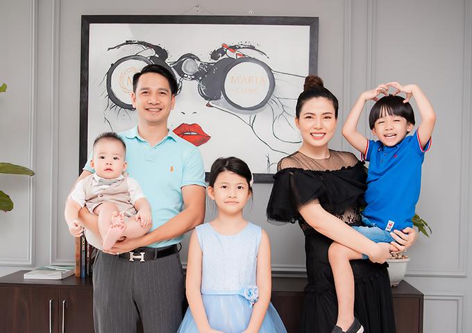 Vợ chồng Ngọc Hiền - Ngô Đình Nam cùng ba con.
