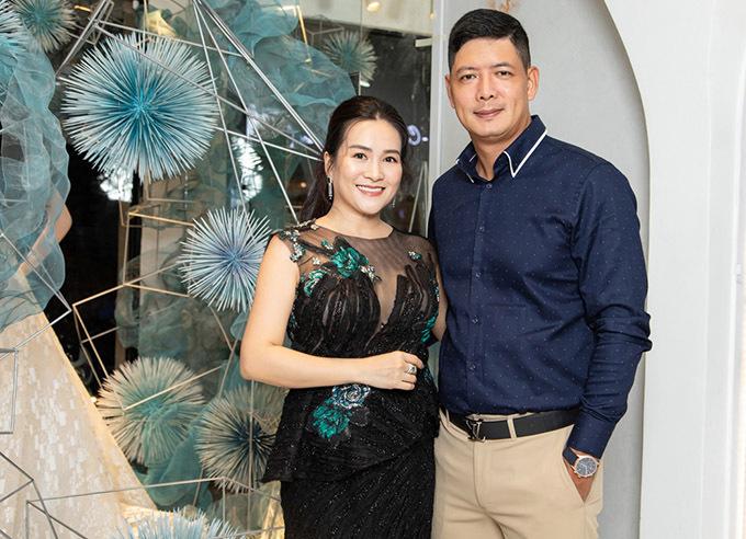 Bình Minh tháp tùng bà xã Anh Thơ đi chọn xiêm y để dự event quy tụ dàn sao Việt.