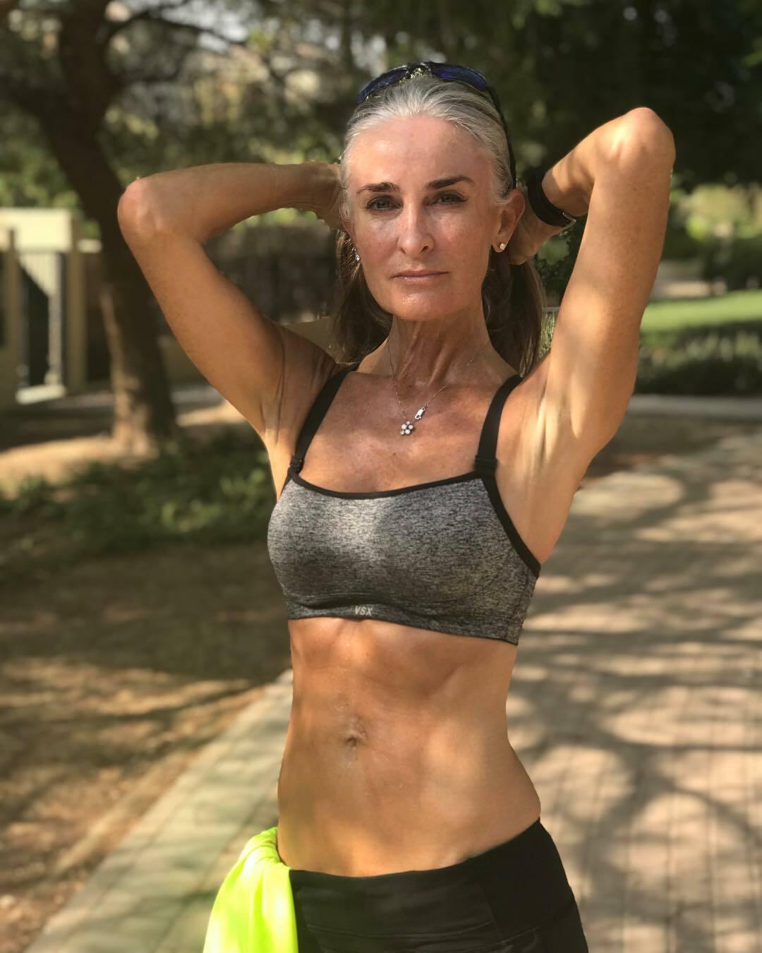 Caroline hiện rấttích cực trong cách hoạt động giúp phụ nữ tự tin, yêu thương cơ thể thay vì giấu mình đằng sau nhưng filter chỉnh sửa ảnh.